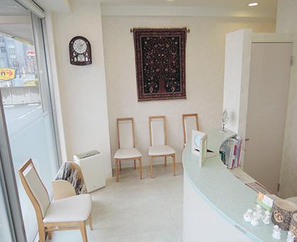 車椅子の方でもゆとりをもった待合室手すりも設置しております。